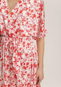 Renee - Biało-Czerwona Sukienka Synesi. Kolor: biały. Materiał: materiał. Wzór: kwiaty. Typ sukienki: kopertowe. Długość: midi