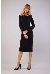 Nommo - Czarna Ołówkowa Sukienka z Dekoracyjną Listwą przy Dekolcie. Kolor: czarny. Materiał: wiskoza, poliester. Typ sukienki: ołówkowe