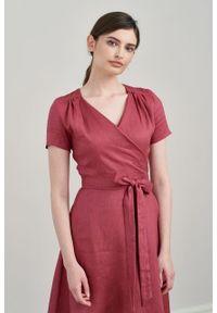 Marie Zélie - Sukienka Duilin lniana ciemnoróżowa. Materiał: len. Długość rękawa: krótki rękaw. Typ sukienki: kopertowe