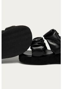 Czarne klapki Answear Lab na platformie, gładkie, bez obcasa, wakacyjne