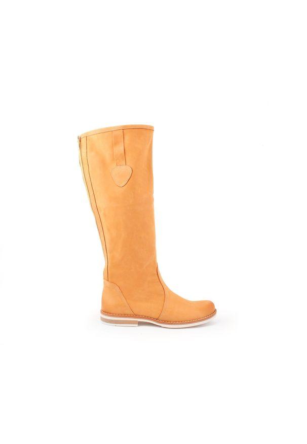 Zapato - kozaki - skóra naturalna - model 127 - kolor camelowy. Wysokość cholewki: przed kolano. Nosek buta: okrągły. Zapięcie: zamek. Materiał: skóra. Szerokość cholewki: normalna. Wzór: moro, aplikacja. Sezon: lato, jesień, wiosna, zima. Styl: sportowy, klasyczny, militarny