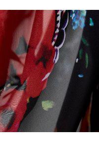 JOANNA MUZYK - Czarna sukienka w serca Amelia Love. Okazja: na randkę, na imprezę. Typ kołnierza: dekolt w kształcie V. Kolor: czarny. Materiał: wiskoza, tkanina. Wzór: kwiaty. Typ sukienki: kopertowe
