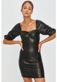 Czarna sukienka Answear Lab na co dzień, dopasowana, z dekoltem karo, casualowa