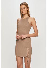 Guess - Sukienka. Kolor: beżowy. Materiał: materiał. Typ sukienki: dopasowane