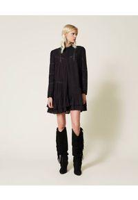 TwinSet - Czarna sukienka muślinowa z haftem Twinset. Typ kołnierza: kołnierzyk stójkowy. Kolor: czarny. Materiał: bawełna, koronka. Wzór: haft. Długość: mini