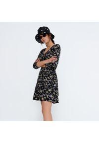 House - Wiskozowa sukienka w kwiaty - Czarny. Kolor: czarny. Materiał: wiskoza. Wzór: kwiaty