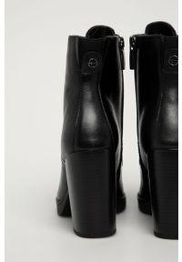 Czarne botki Tamaris z okrągłym noskiem, na sznurówki, z cholewką