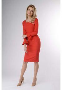 Nommo - Czerwona Wizytowa Sukienka Ołówkowa z Falbanką. Kolor: czerwony. Materiał: wiskoza, poliester. Typ sukienki: ołówkowe. Styl: wizytowy