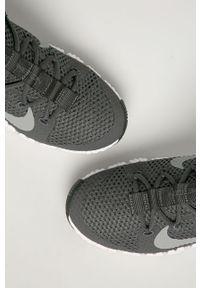 Szare buty sportowe Nike z cholewką, na sznurówki