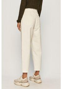 Biały jeansy loose fit Jacqueline de Yong w kolorowe wzory