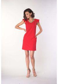 Czerwona sukienka wizytowa Nommo prosta, z falbankami