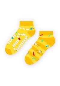 More - Żółte skarpetki/stopki dla fana planszówek - kości pionki SK236. Kolor: żółty. Materiał: bawełna, poliamid, elastan. Wzór: kolorowy