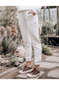 SUSAN SWIMWEAR - Białe spodnie dresowe. Kolor: biały. Materiał: dresówka. Wzór: haft, aplikacja
