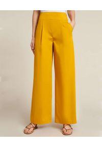 Luisa Spagnoli - LUISA SPAGNOLI - Żółte spodnie typu palazzo Annuale. Stan: podwyższony. Kolor: żółty. Materiał: bawełna. Styl: elegancki