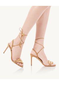AQUAZZURA - Sandały na szpilce Isla. Nosek buta: okrągły. Zapięcie: pasek. Kolor: beżowy. Materiał: zamsz. Wzór: aplikacja. Obcas: na szpilce. Wysokość obcasa: średni