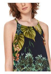 TOP SECRET - Sukienka na lato w kwiatowy nadruk. Okazja: na spacer, na plażę. Kolor: niebieski. Materiał: materiał. Długość rękawa: na ramiączkach. Wzór: kwiaty, nadruk. Sezon: lato. Styl: wakacyjny