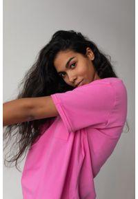 Marsala - T-shirt damski w kolorze intensywnego różu z kieszonką SPLIT NEON PINK BY MARSALA. Kolor: różowy. Materiał: jeans, bawełna. Długość rękawa: krótki rękaw. Długość: krótkie