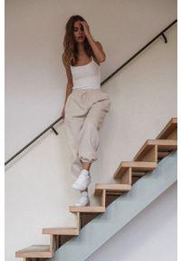 MUUV - Spodnie Smooth Cotton. Stan: podwyższony. Kolor: beżowy. Materiał: bawełna, dresówka, materiał
