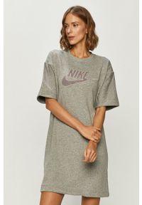 Nike Sportswear - Sukienka. Okazja: na co dzień. Kolor: szary. Materiał: dzianina. Długość rękawa: krótki rękaw. Wzór: aplikacja. Typ sukienki: proste. Styl: casual