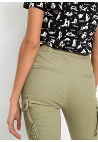 Spodnie bojówki z szerokim paskiem bonprix zielony. Kolor: zielony