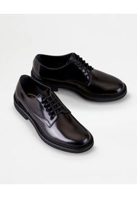 TOD'S - Czarne derby ze skóry. Nosek buta: okrągły. Kolor: czarny. Materiał: skóra. Styl: klasyczny