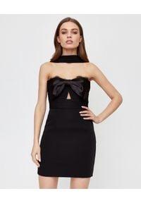 SELF PORTRAIT - Czarna sukienka mini z krepy. Typ kołnierza: kokarda. Kolor: czarny. Materiał: koronka, satyna. Wzór: gładki, koronka. Typ sukienki: dopasowane. Styl: wizytowy, elegancki. Długość: mini