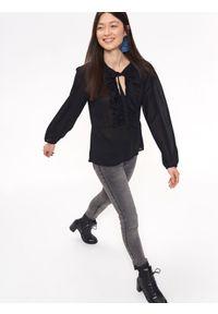 TROLL - Koszula damska z żabotem. Okazja: na co dzień. Typ kołnierza: z żabotem. Kolor: czarny. Długość rękawa: długi rękaw. Długość: długie. Sezon: jesień, zima. Styl: casual