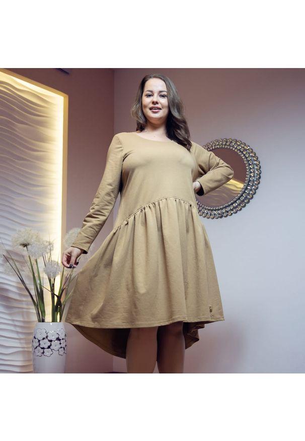 Moda Size Plus Iwanek - Asymetryczna beżowa sukienka Kira XXL OVERSIZE JESIEŃ. Kolor: beżowy. Materiał: dresówka, dzianina, elastan, materiał, bawełna. Długość rękawa: krótki rękaw. Sezon: jesień. Typ sukienki: asymetryczne, oversize