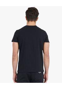 Balmain - BALMAIN - T-shirt z neonowym logo. Kolor: czarny. Materiał: bawełna. Wzór: nadruk