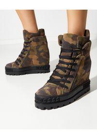 Casadei - CASADEI - Sneakersy na koturnie Undercover. Kolor: zielony. Materiał: zamsz, guma. Wzór: moro, nadruk. Obcas: na koturnie