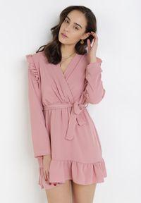 Born2be - Różowa Sukienka Salape. Typ kołnierza: kokarda, kołnierz z falbankami. Kolor: różowy. Sezon: lato, jesień, wiosna, zima. Typ sukienki: proste, kopertowe. Długość: mini