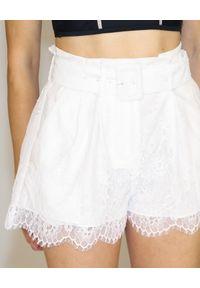 SELF PORTRAIT - Białe spodenki z koronki. Stan: podwyższony. Kolor: biały. Materiał: koronka. Wzór: koronka. Styl: klasyczny