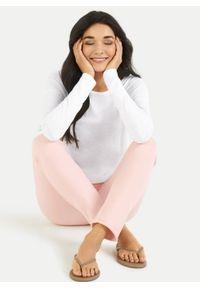 Bawełniane dresowe spodnie w kolorze łososiowym Juvia. Kolor: różowy. Materiał: bawełna, dresówka. Wzór: aplikacja
