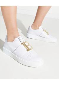 Balmain - BALMAIN - Białe sneakersy ze złotym logo. Zapięcie: bez zapięcia. Kolor: biały. Materiał: guma