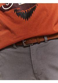 TOP SECRET - Spodnie tkaninowe chino z paskiem slim fit. Okazja: na co dzień, do pracy. Kolor: szary. Materiał: tkanina. Długość: długie. Sezon: zima. Styl: casual, klasyczny