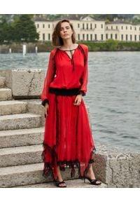 BY CABO - Czerwona sukienka maxi z jedwabiu Sansa. Okazja: na randkę, na imprezę. Typ kołnierza: kołnierz z falbankami, dekolt w kształcie V. Kolor: czerwony. Materiał: jedwab. Styl: elegancki. Długość: maxi