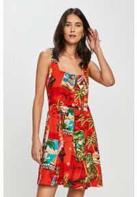 Desigual - Sukienka. Kolor: czerwony. Materiał: tkanina. Długość rękawa: na ramiączkach. Typ sukienki: rozkloszowane