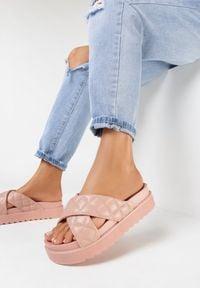 Born2be - Różowe Klapki Dananassa. Nosek buta: okrągły. Kolor: różowy. Materiał: guma. Wzór: paski, aplikacja. Obcas: na platformie