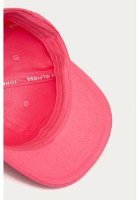 Różowa czapka z daszkiem TOMMY HILFIGER z aplikacjami