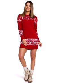 MOE - Czerwona Prosta Swetrowa Sukienka ze Świątecznym Motywem. Kolor: czerwony. Materiał: akryl. Typ sukienki: proste. Styl: wizytowy