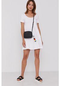 United Colors of Benetton - Sukienka. Kolor: biały. Materiał: dzianina. Długość rękawa: krótki rękaw. Wzór: gładki. Typ sukienki: rozkloszowane
