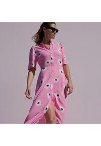 Reserved - Koszulowa sukienka w kwiaty - Różowy. Kolor: różowy. Wzór: kwiaty. Typ sukienki: koszulowe