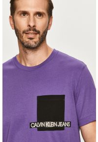 Fioletowy t-shirt Calvin Klein Jeans z okrągłym kołnierzem, casualowy, z nadrukiem
