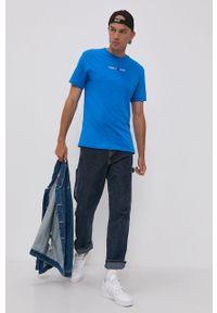 Tommy Jeans - T-shirt bawełniany. Okazja: na co dzień. Kolor: niebieski. Materiał: bawełna. Wzór: aplikacja. Styl: casual