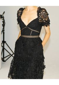 SELF PORTRAIT - Czarna sukienka z koronką. Kolor: czarny. Materiał: koronka. Wzór: koronka. Typ sukienki: rozkloszowane. Długość: midi #7