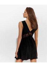Czarna sukienka mini Ermanno Firenze wizytowa, w koronkowe wzory, prosta, na randkę