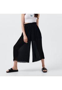 Cropp - Plisowane spodnie kuloty - Czarny. Kolor: czarny