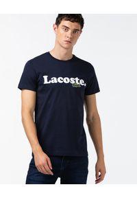 Lacoste - LACOSTE - Granatowy t-shirt z nadrukiem logo. Kolor: niebieski. Materiał: bawełna, jeans. Wzór: nadruk. Styl: sportowy, klasyczny