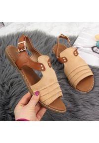 Sandały damskie z nitami beżowe Vinceza. Kolor: beżowy. Materiał: zamsz