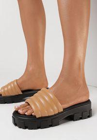 Born2be - Ciemnobeżowe Klapki Kleria. Nosek buta: otwarty. Kolor: beżowy. Obcas: na obcasie. Wysokość obcasa: średni